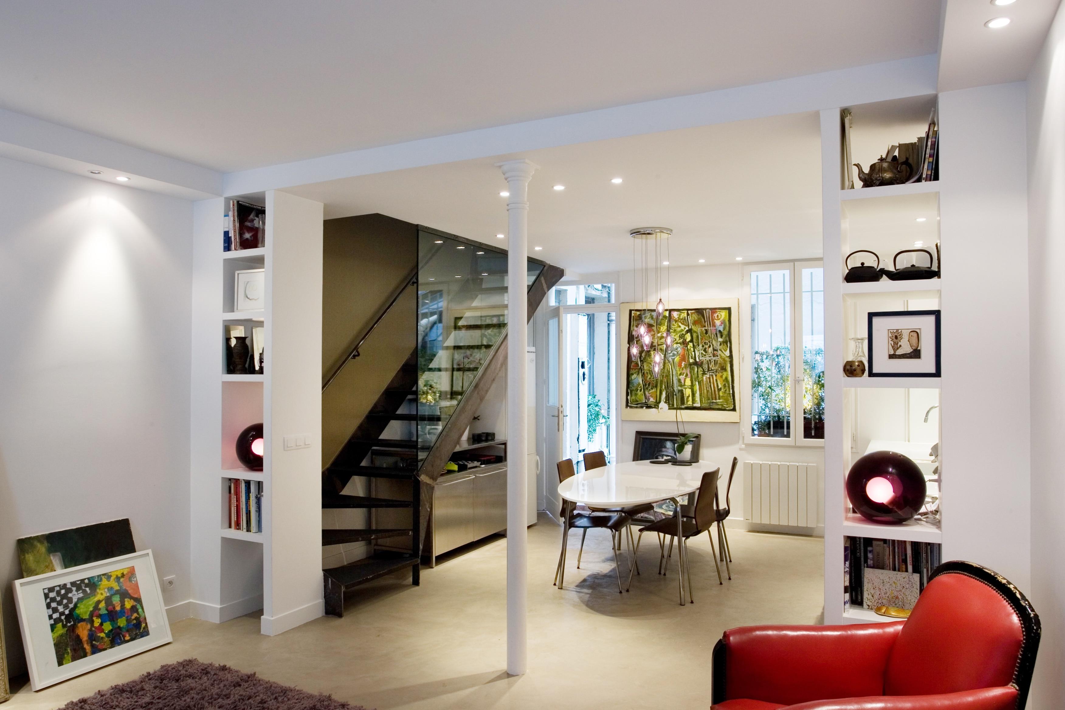 Après rénovation d'un duplex parisien, salon lumineux avec mobilier moderne