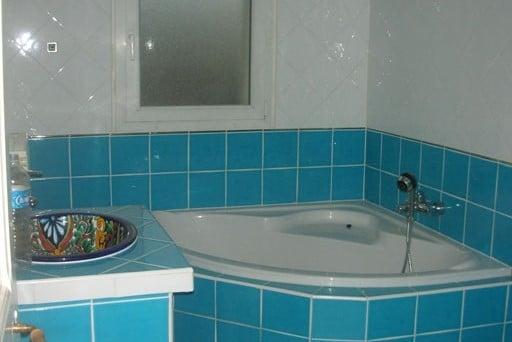 Avant rénovation d'une salle de bain avec carrelage bleu ciel datés